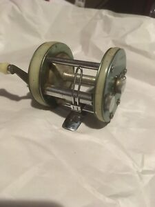 Record 1900 and record 1600 fishing reel