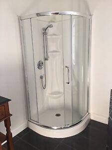 Douche de coin complète avec robinetterie inclus.