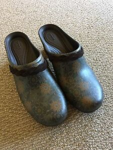 Brand new Women's clogs size 9