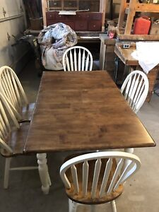 DINING / KITCHEN TABLE w Five Chairs