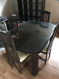 Table de cuisine et 4 chaises ( à donner )