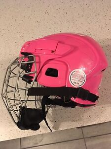 2 Casques de hockey ou patinage (1noir/1rose)