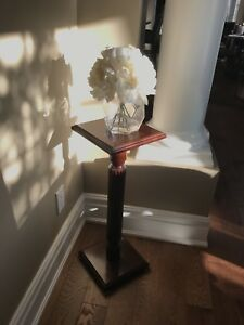 Accent pedestal table