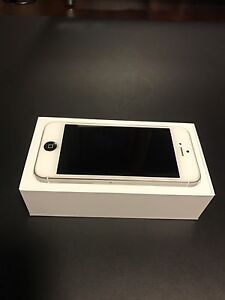 White Iphone 5 64GB with box and accessories London Ontario image 8