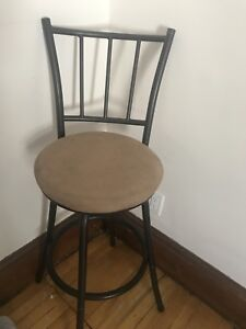 Swivelling bar stool/heighted chair
