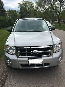 2008 FORD ESCAPE XLT 3.0 - FULLY LOADED w/ LEATHER & SUNROOF