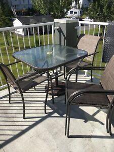 Table de patio et 4 chaises avec pied pour parasol