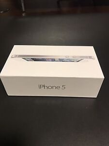 White Iphone 5 64GB with box and accessories London Ontario image 9