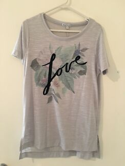 Grey t-shirt with embroidered front