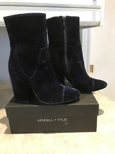 Kendall & Kylie navy velour booties look brand new