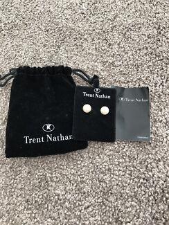 Trent Nathan pearl earrings brand new