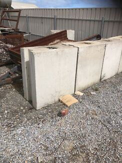 Concrete retaining blocks