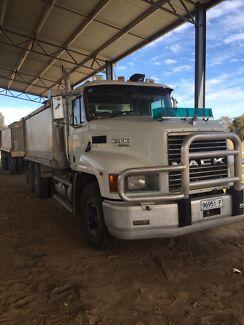 2001 Mack fleetliner truck and dog