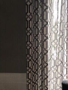 Plusieur stores  en bois brun et rideau en lin