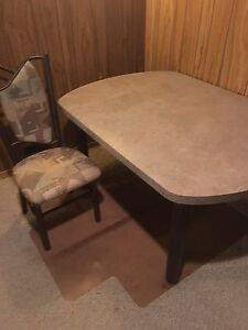 Kitchen table with 6 padded chairs
