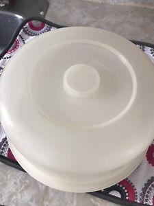 Tupperware cake holder