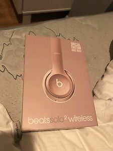 BRAND NEW ROSE GOLD WIRELESS BEATS SOLO2