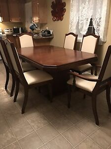 For sale Dinning room table and chairs and hutch