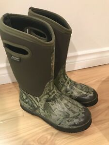 BOGS Boy's Winter Boots - Size 6 Youth