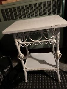 Petite table en bois et rotin