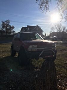 2000 Lifted Chevy Blazer 4x4 with Brand New 33' RO2's
