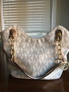 Authentic Micheal kors purse barely used. As good as brand new.