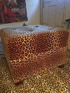 Pouf     Table.   Et banc.  De couleur leopard