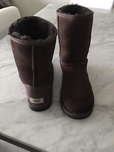 UGG CLASSIC BOOTS IN CHOCOLATE - EXCELLENT CONDITION!