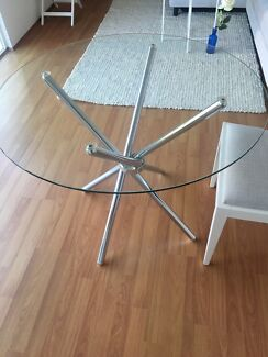 Near new dining table round glass