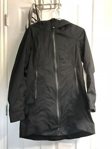 Size 8 lululemon Right as rain- black