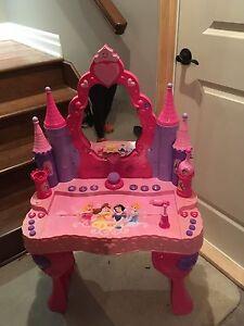 Vanité et piano. Princesses Disney