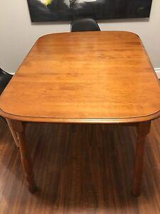 Table de cuisine avec 4 chaises