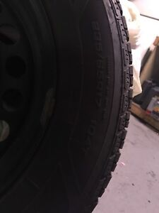 Pneus d'hiver Good year ultra gris 235/65r17.   320$