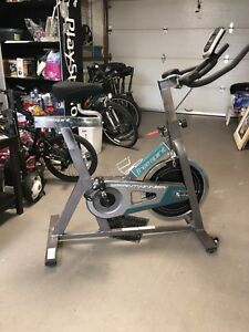 Vélo stationnaire pour spinning