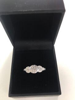 DIAMOND RING. THOMAS Jewellers 18ct white gold