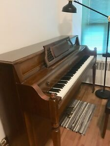 Upright spinet piano in great condition / Piano droit