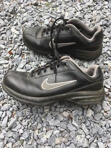 Size 9.5 Nike air men's golf shoes.