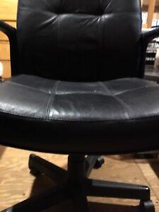 Chaise de bureau en cuir sur roulettes 70$