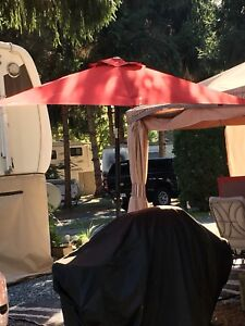 Outdoor living: RED UMBRELLA & 2 CAMP CHAIRS