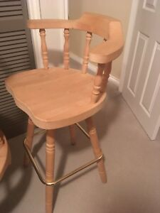 Like new wood bar stools x4