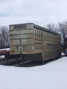 Tandem axle cattle liner
