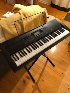 Electronic Piano by Casio / Piano électrique par Casio