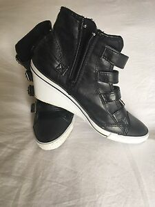 Trendy Sporty Wedges size 6.5