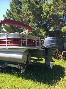 Pontoon Boat in Excellent Condition