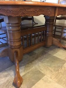 7pc expandable dining table including captain chairs