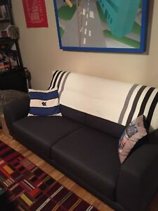 Couch with adjustable headrest