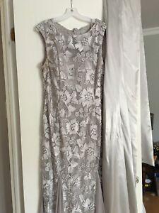 Robe de soirée ou de mariée avec longue écharpe en satin