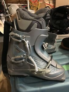 Women's ski boots HEAD, sized to fit a shoe size 8