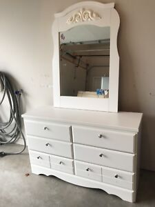 Nice white dresser with mirror, great for a child's room !
