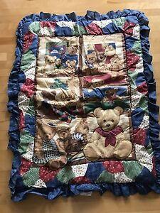 Ensemble de draps pour lit de bébé et mobile.